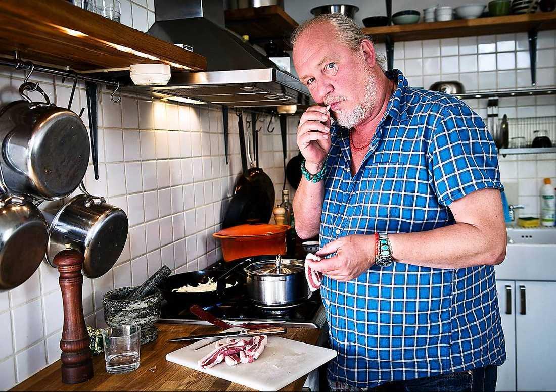 Tv-kocken och rockstjärnan Plura Jonsson skadade sig under kräfkokning.