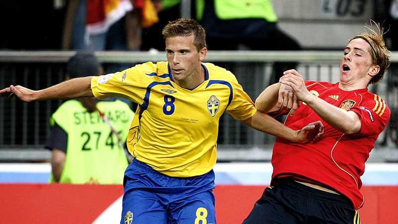 Svensson i duell med Fernando Torres i EM 2008.