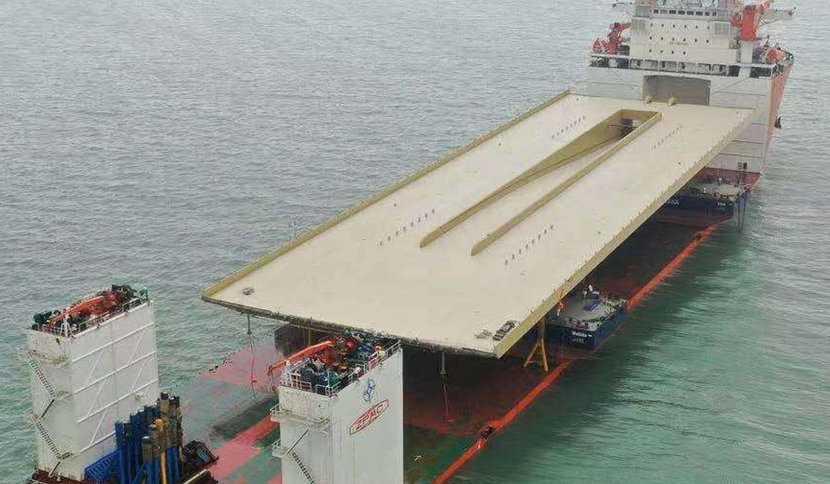 Slussens nya huvudbro har tillverkats i Kina och fraktas på ett stort fartyg som planerats anlända den 15 februari.