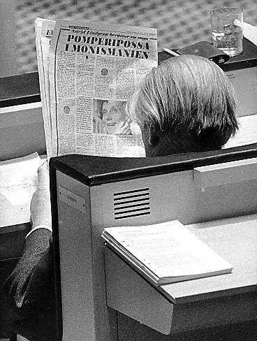 Gunnar Sträng läser Astrids Pomperipossa-saga i riksdagsbänken i mars 1976. På hösten samma år förlorade socialdemokraterna valet efter 44 år i regeringsställning.
