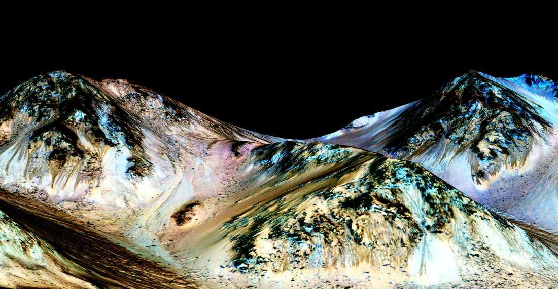 Längs branta sluttningar på Mars kan man se mörka stråk som ser ut som bäckfåror. Forskare har nu visat att fårorna innehåller saltlösningar som bildats helt nyligen, ett bevis för vatten på Mars idag.