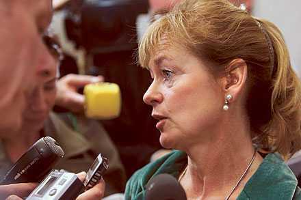 """""""Hade inget val"""" Kulturministern Lena Adelsohn Liljeroth förklarar varför hon väljer att dra ner presstödet. Tillsammans med minskade anslag till SVT hotas mångfalden inom mediautbudet."""