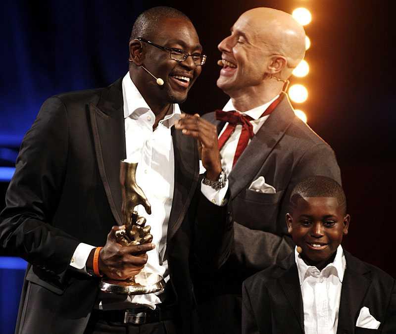 skrattfest Moussa N'Diaye är en älskad baskettränare från Gävle. Och en av kvällens hjältar. Här skrattar han ihop med Mark Levengood och sin elev Pabi Janneh, 11.