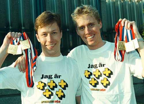 J-O och Jörgen poserar i femplus-tröjor från Aftonbladet.