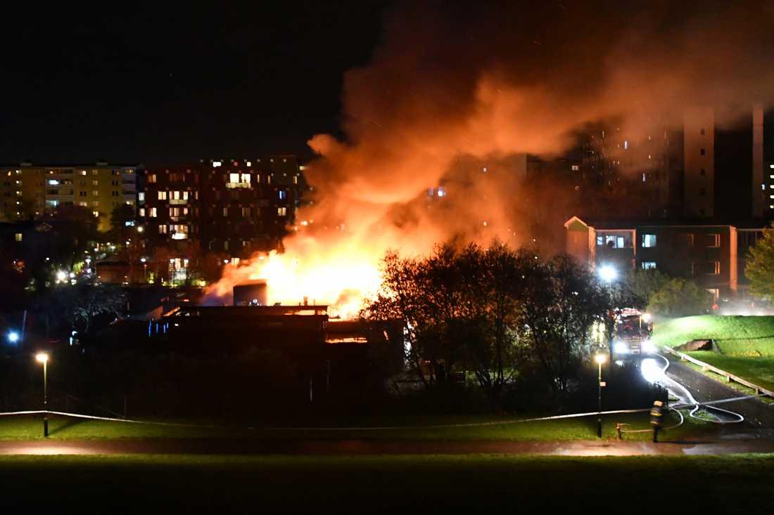 Brandmän från fyra stationer är på plats och leds av två yttre befäl.