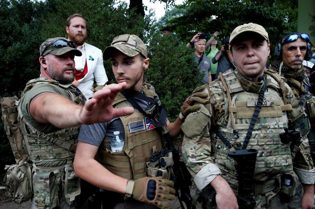 Högerextrema milismän beväpnade med automatvapen.