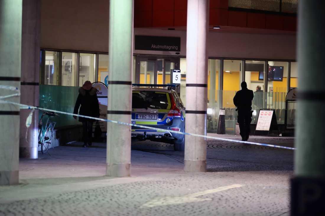 Polisavspärrningar utanför akuten i Malmö efter skotten.