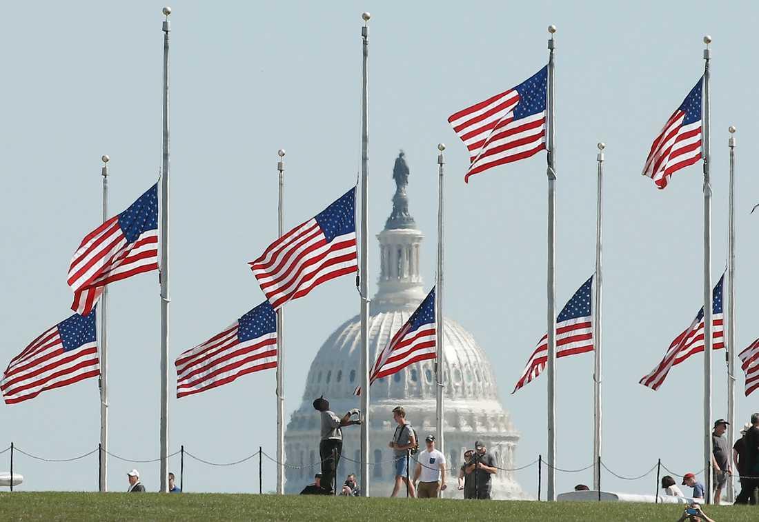 Flaggor på halv stång i Washington D.C.