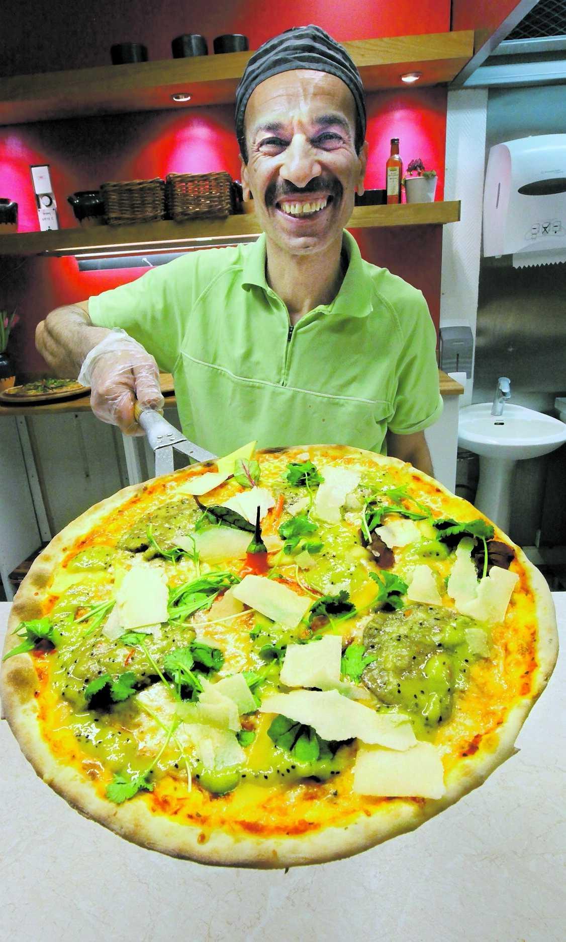 Hälsosamt Med marinerad struts i kiwisås och mango kan Hassan Saraoee vinna pizza-SM i dag.