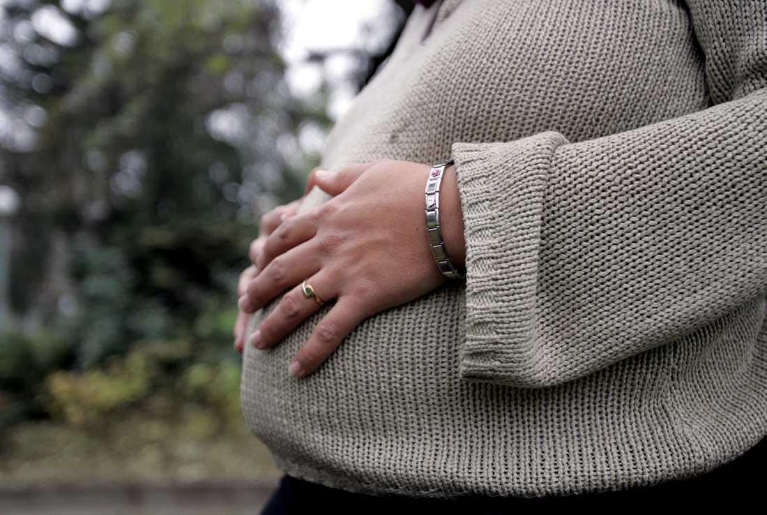 Det är gravida kvinnor som lyfter gamla, kånkar på småbarn, skiljer slagskämpar i skolan och tar emot hot i socialtjänsten.