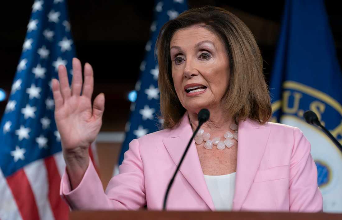 Demokraternas ledande politiker Nancy Pelosi går till hårt angrepp mot USA:s president Donald Trump och hans tillförordnade säkerhetsrådgivare.