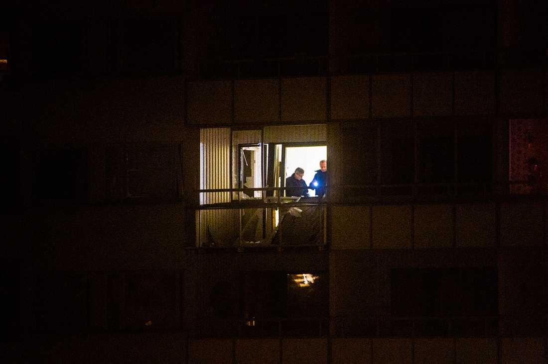 Polisens tekniker i lägenheten.