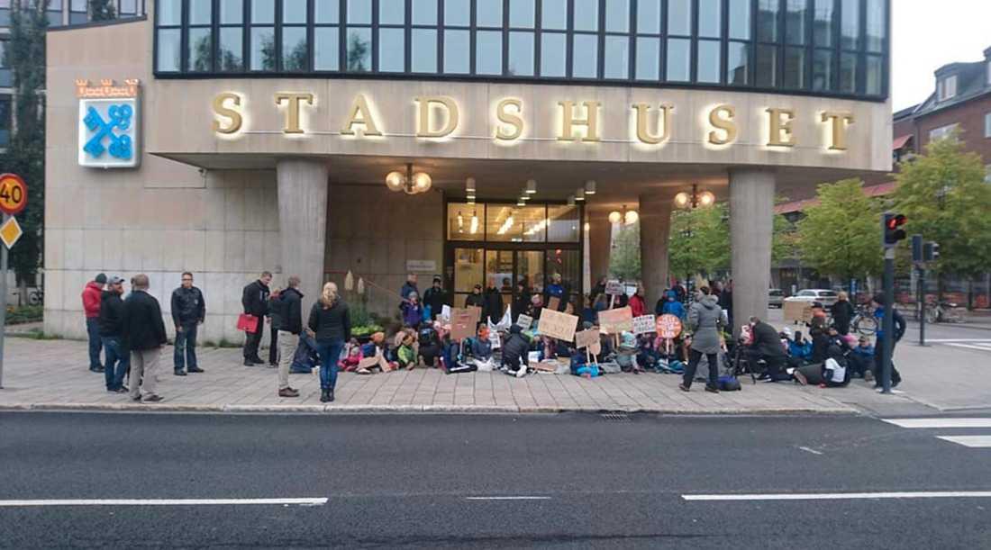 Här sittstrejkade ett 50-tal barn och ett 30-tal föräldrar utanför stadshuset i Luleå i början på september. Föräldern Anneli Lyckestig var en av dem.