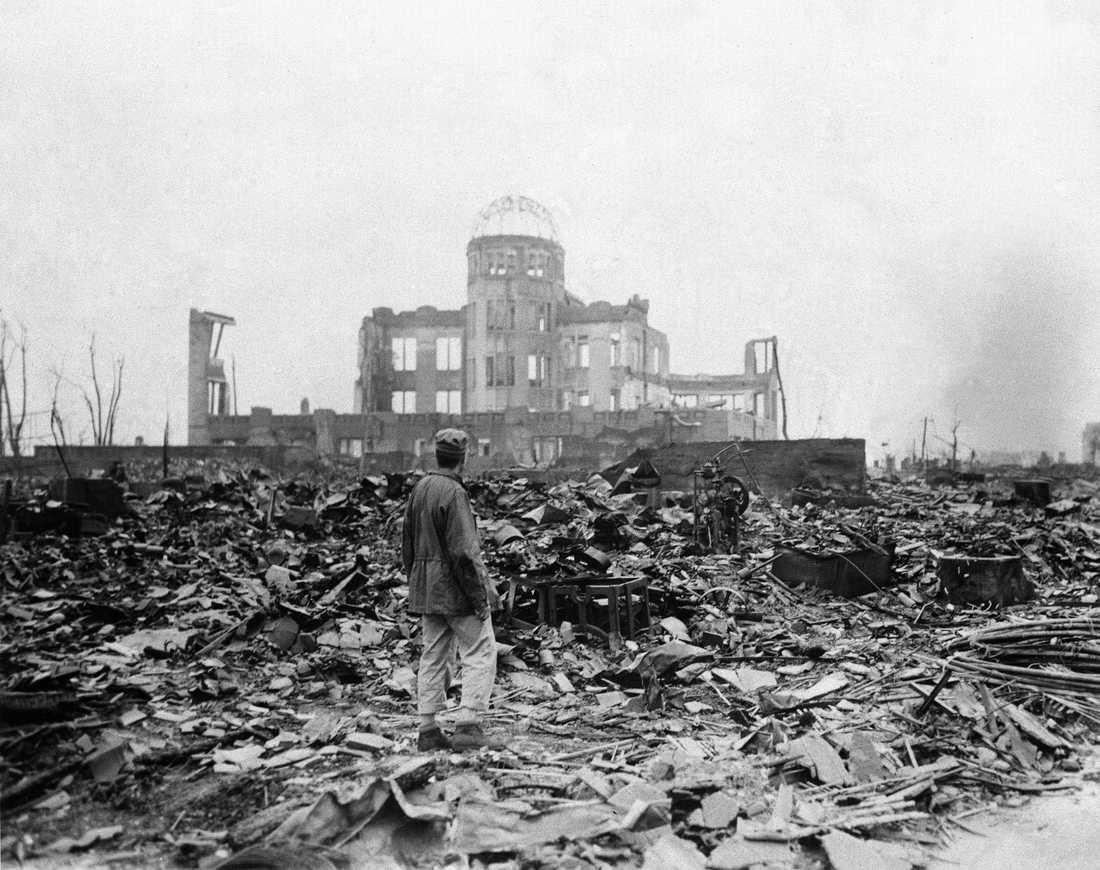 Press En journalist betraktar det som en gång var en biograf, den 8 september 1945.