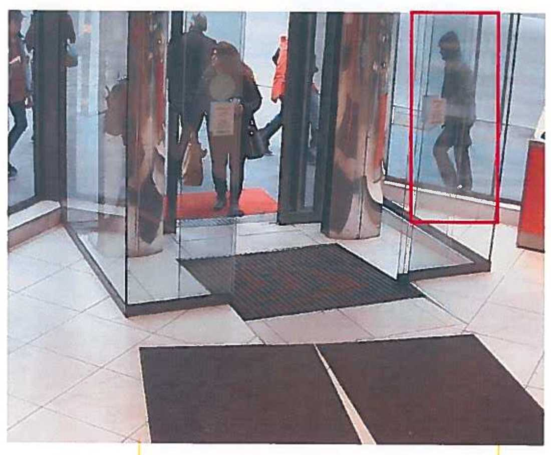 Övervakningsbild från Max när han passerar restaurangen.