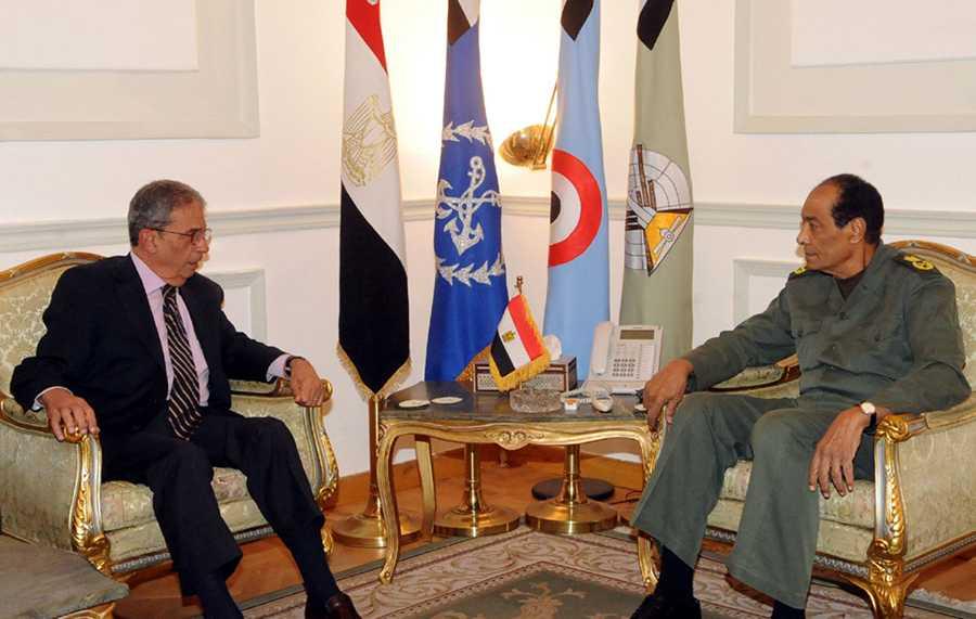 När folket störtade diktatorn Hosni Mubarak i februari lovade militären att fria val skulle hållas inom ett halvår. Nu sker valen, men varningsklockor ringer om hur fria de är. Här möter presidentkandidat Amr Mussa militäregimens befälhavare Mohammed Hussein Tantawi.