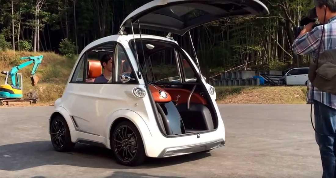 """Det japanska svaret på BMW:s Isetta? Style-D är grundat av två före detta Toyota-anställda och ska vara framtiden. Detta då deras designfilosofi grundar sig kring koncepten: lätt, modulerbart och roligt... Enligt pressinformationen så ska den 400 kilo lätta skapelsen ge: """"sinnesro vid in och utsteg en regning dag"""". Vidare ska elbilen kunna få en full laddning på fem minuter (?!) och ha en räckvidd på  120 kilometer."""
