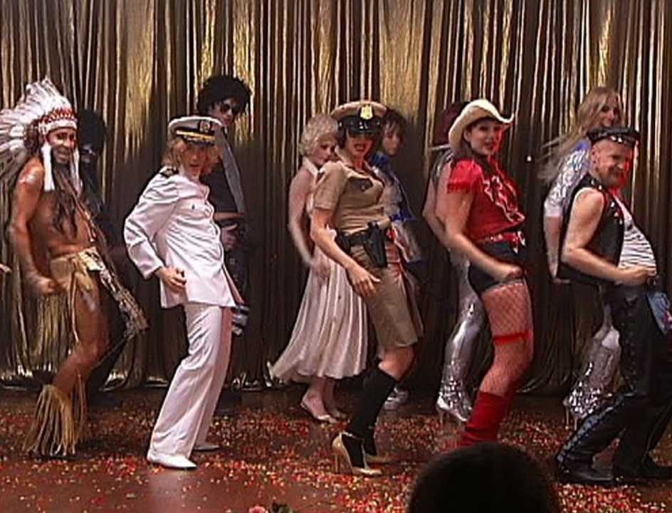 KostymDANs När Army of Lovers och BWO glammar loss blir det en hel del YMCA-vibbar.