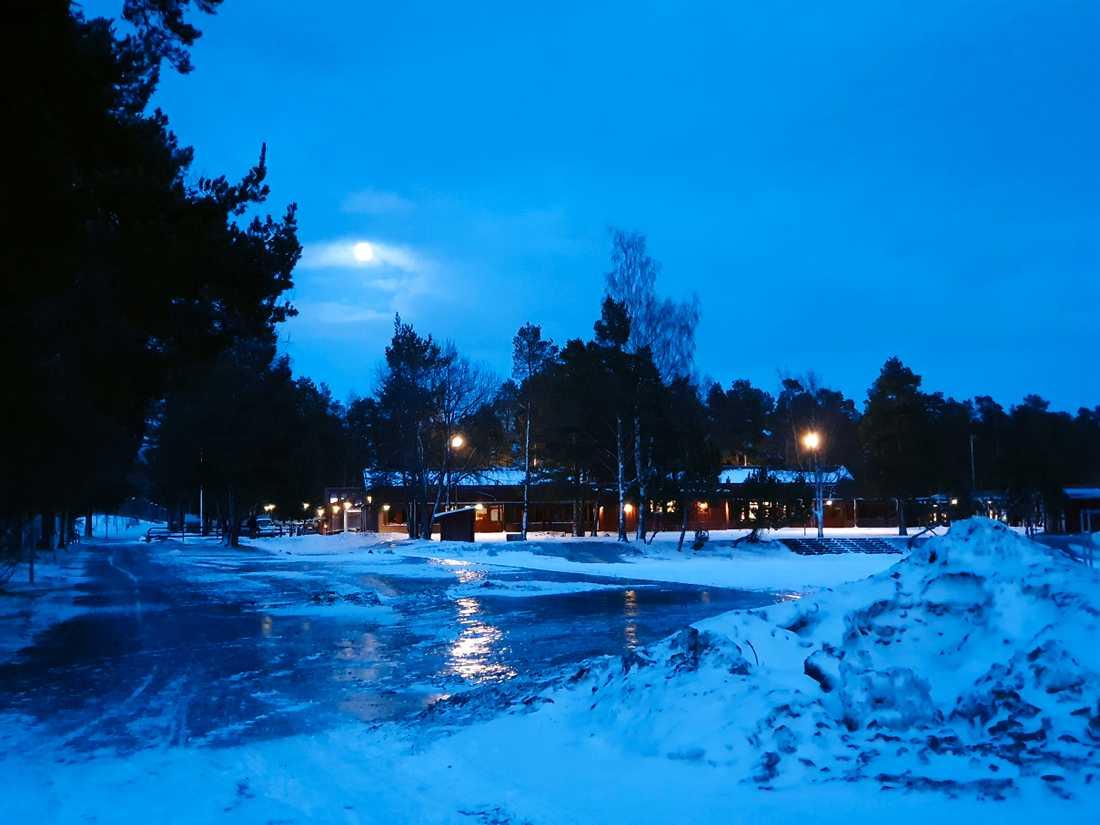 Fullmånen lyser över nedläggningshotade Körfältsskolan i Östersund. Skolan bredvid, Palmcrantzskolan, ska renoveras för över 100 miljoner. Sedan ska kommunen hyra ut den till Engelska skolan.