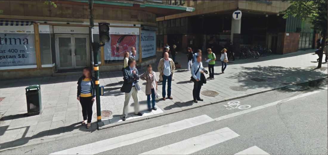 VITTNE 1 – TAXICHAUFFÖREN Anders Delsborn Anders Delsborn var den taxichaufför som körde söderut på Sveavägen och stannade för rött ljus vid Dekorimahörnan. Han såg tre personer stå och samtala på trottoaren, två vända mot en tredje. Han får grönt ljus och kör, varefter han hör en smäll, tittar åt vänster och ser att någon skjutit. Här en vy från trafikljuset på Sveavägen vid mordplatsen.