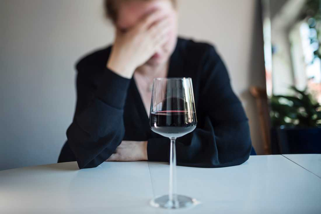 Fortsatt hemmajobb och avsaknad av vanliga strukturer kan göra att fler som dricker mer under sommaren får svårt att återgå till normala nivåer. Genrebild.