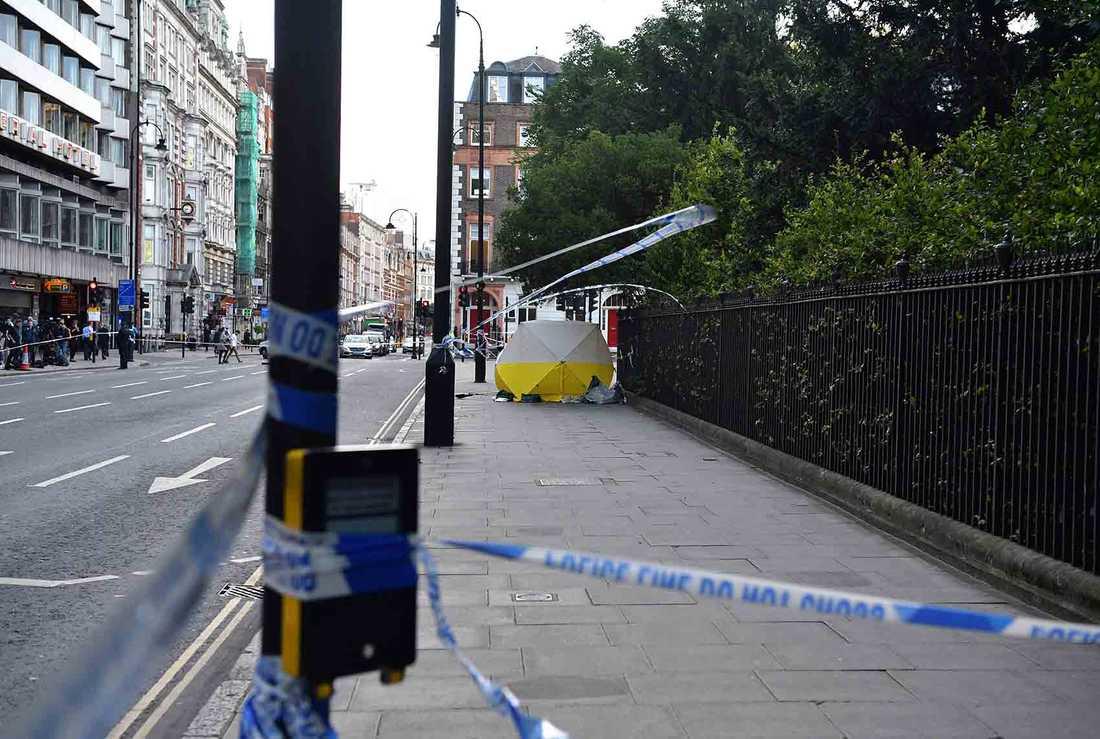 En knivman gick till attack på öppen gata mitt i centrala Londonsent på onsdagskvällen.
