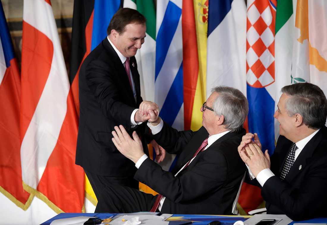 Stefan Löfven hälsar på Jean Claude Juncker.