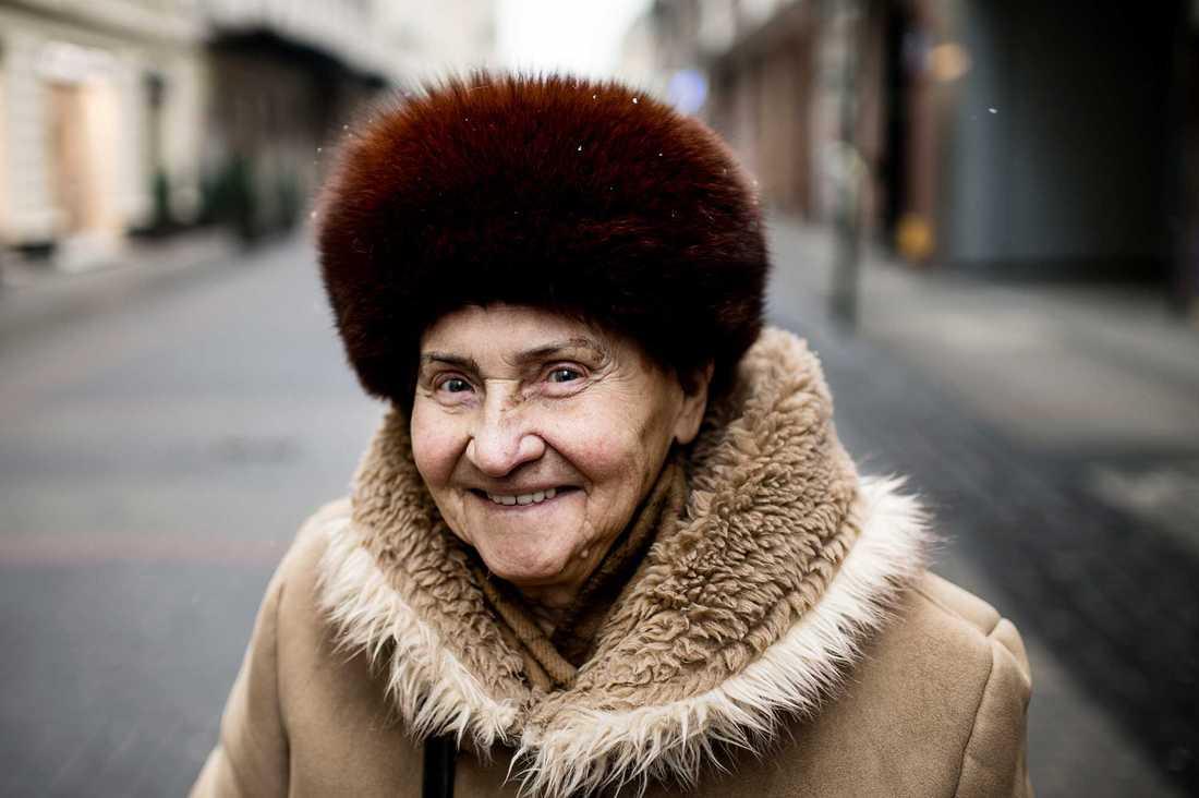 Irena Czarnecka, 80, pensionär, Warszawa: – Jag har inte märkt av det än när jag tittar på tv, men det är ett svårt ämne för mig. Jag litar inte på partiet.