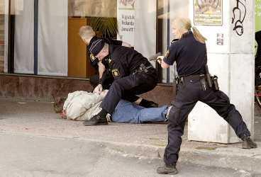 1. HOTADE BANKPERSONAL MED BOMB Den misstänkte bombrånaren har precis tvingats ner på marken. Polisen med ryggen mot kameran kliver ut bakom pelaren och riktar sitt tjänstevapen mot 40-åringen. Hennes kollegor sätter handfängsel på mannen. Larmet kom klockan 10.11 i går: Pågående rån mot bankkontor på Rosenlundsgatan 4 i centrala Göteborg.