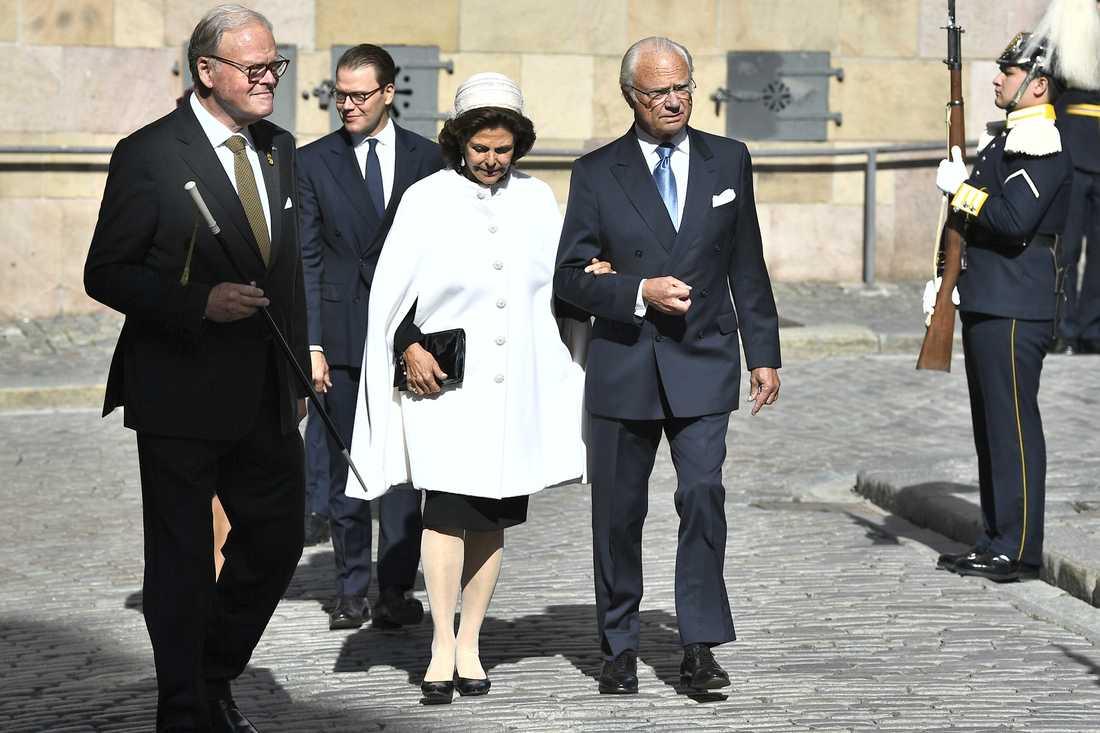 Drottning Silvia och kung Carl XVI Gustaf anländer till Storkyrkan.