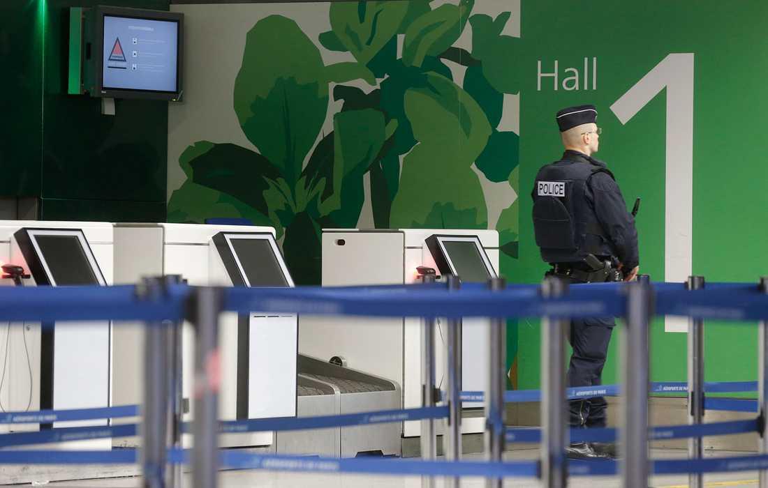 Vid terminalen på flygplatsen Charles de Gaulle i Paris står en polis och vaktar efter att planet försvunnit från radarn.