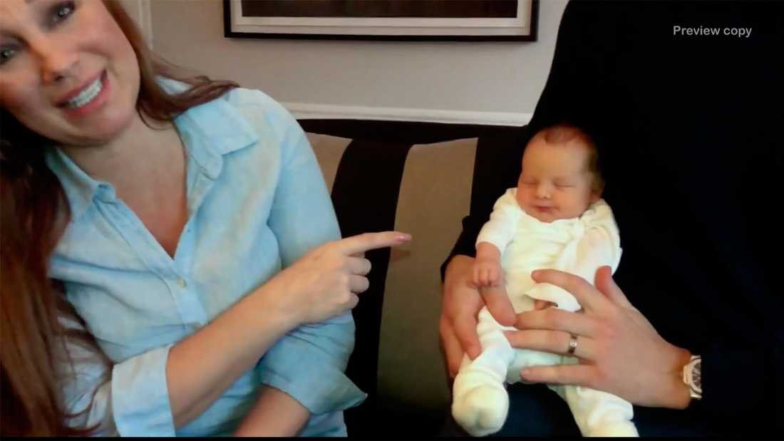 Charlotte Perrelli skickar videohälsning och visar upp nya bebisen.