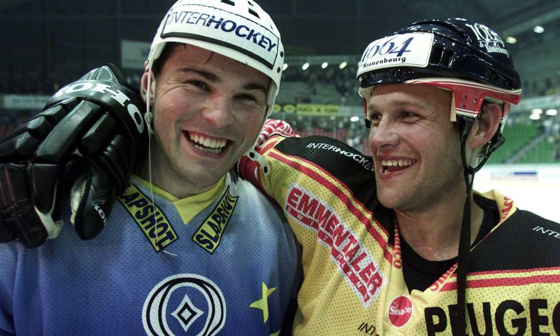 """Efter en uppvisningsmatch mellan """"Eurostars"""" och SC Bern får Jagr en kram av Andreas Johansson."""