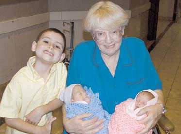 åttabarnsmor Jimmy, 6, poserar stolt med mamma Rosie, 57, och de två nyfödda tvillingarna, Christian och Diana.