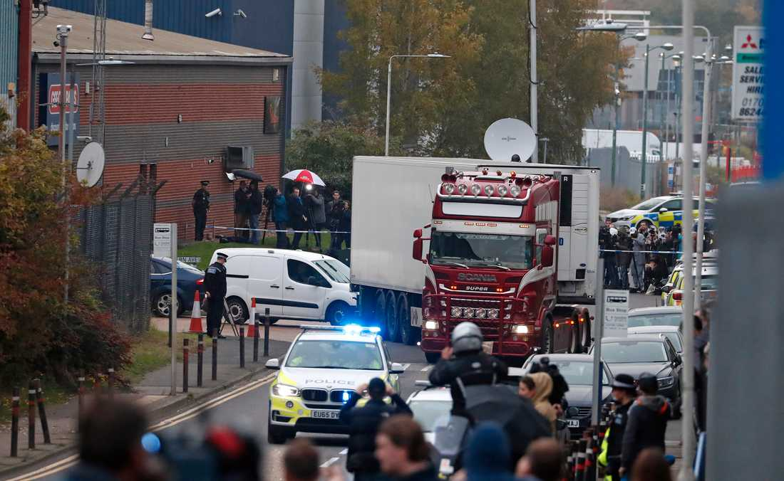Polis för bort containern där 39 människor hittades döda. Bild från 23 oktober.