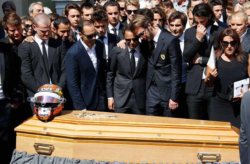 Franska F1-föraren jean-Eric Vernes och brasilianska Felipe Massa str med släkt och vänner till avlidne Jules Bianchi