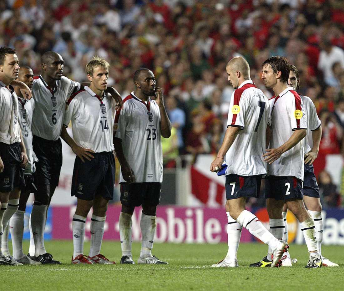 Beckham deppar efter att ha missat Englands första straff i kvartsfinalen mot Portugal i EM 2004. Portugal vann med 8-7.