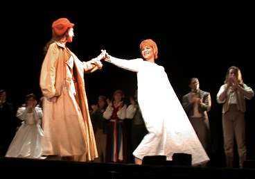 Carola och de andra i ensemblen tackade och tog emot publikens jubel efter föreställningen.