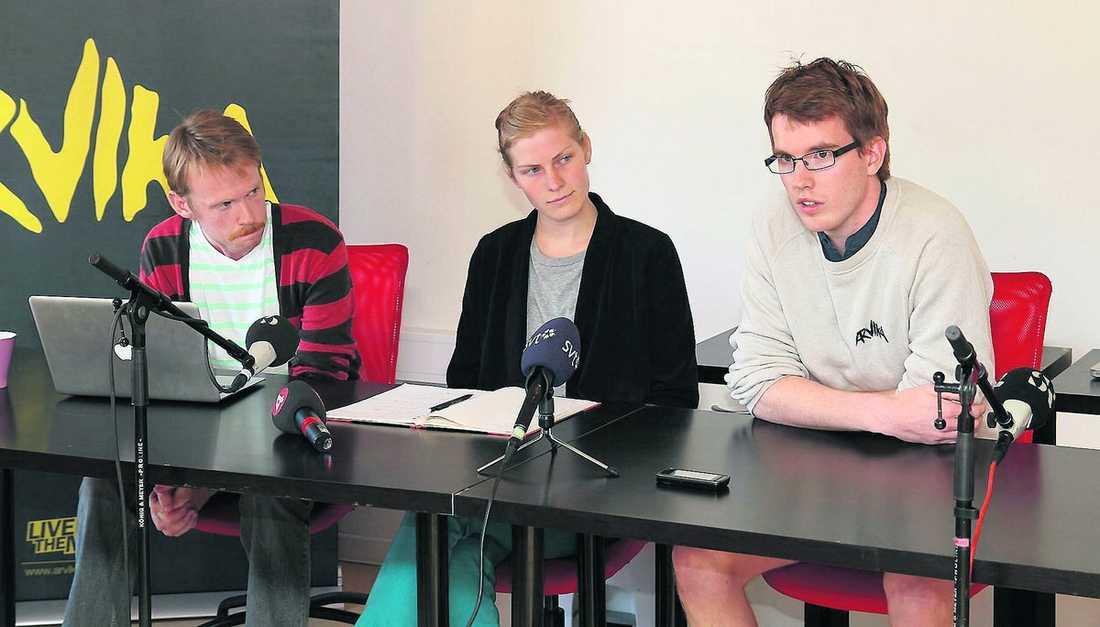 """7 miljoner minus """"Vi klarar inte det här själva"""" säger Jonas Hallberg (till vänster), Arvikafestivalens ordförande. I går höll han presskonferens tillsammans med de huvudansvariga för festivalen, Hanna Olsson och Olof Hallberg."""