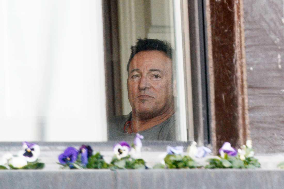 Bruce Springsteen passade på att pusta ut i hotellbaren på Grand Hôtel när han ankom kring 20-tiden på onsdagskvällen.