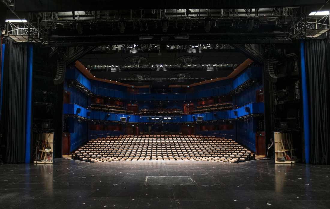 Teatrar och idrottsarenor ekar tomma på grund av ordningslagen och coronakrisen, vare sig det faktiskt finns en smittorisk eller inte.