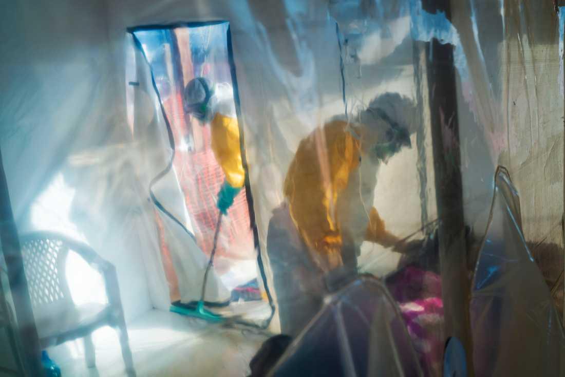 Sjukvårdsarbetare i skyddskläder med en isolerad ebolasmittad person i Beni i Kongo-Kinshasa, den 13 juli 2019.