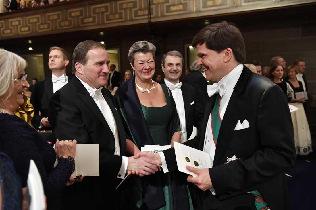 Statsminister Stefan Löfven (S) hälsar på riksdagens talman Andreas Norlén (M), vid prisutdelningen av Nobelprisen i Konserthuset i Stockholm.