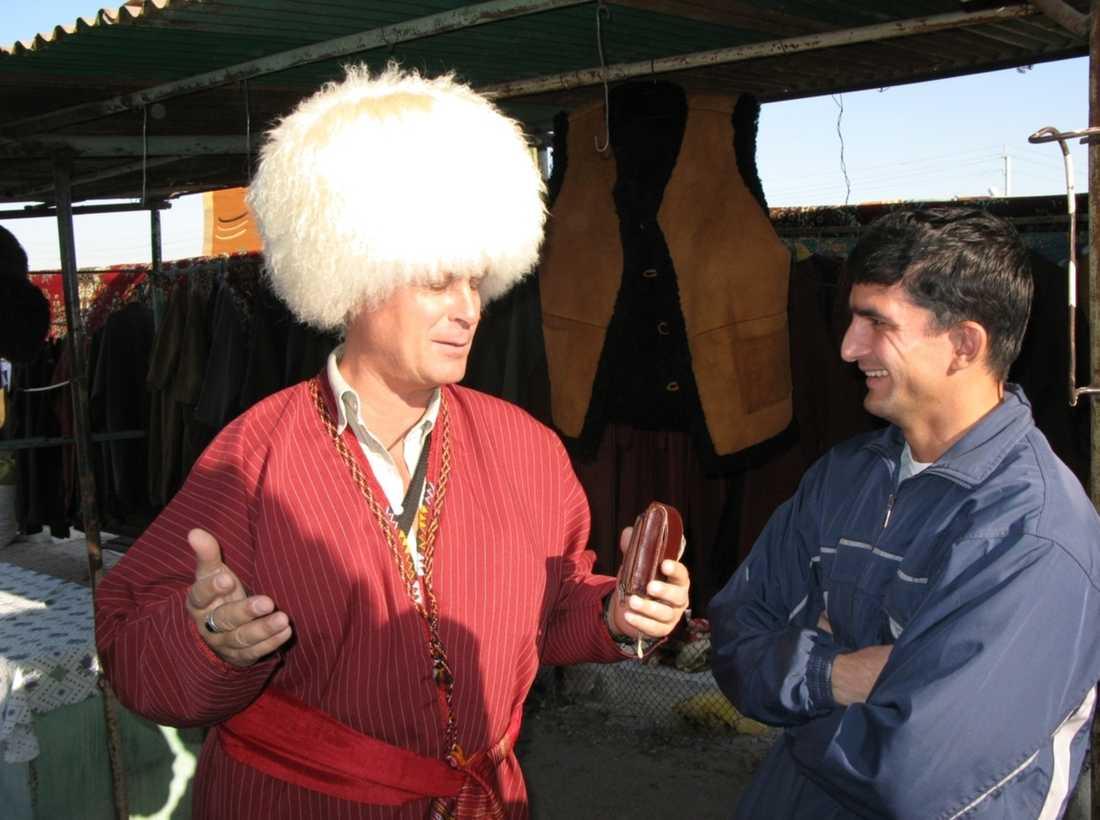 Reseledaren Sven Andersson lyckas pruta ner priset på sin mössa på marknaden utanför Ashgabat.