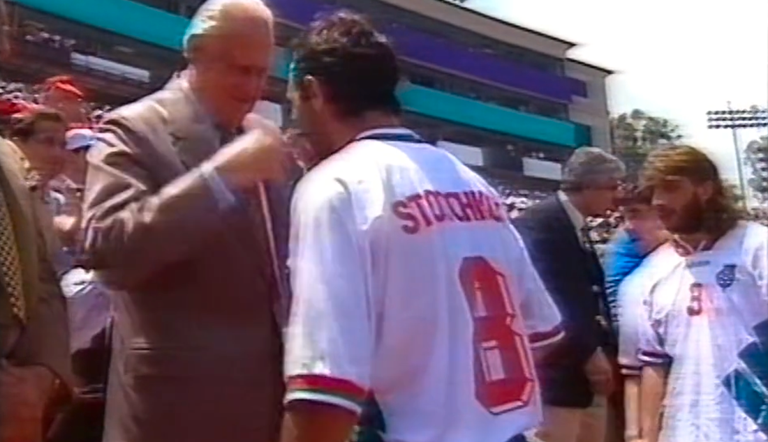 Hristo Stoitjkov får VM-bronsmedaljen från Havelange och Blatter. Skärmdump från SVT:s sändning.