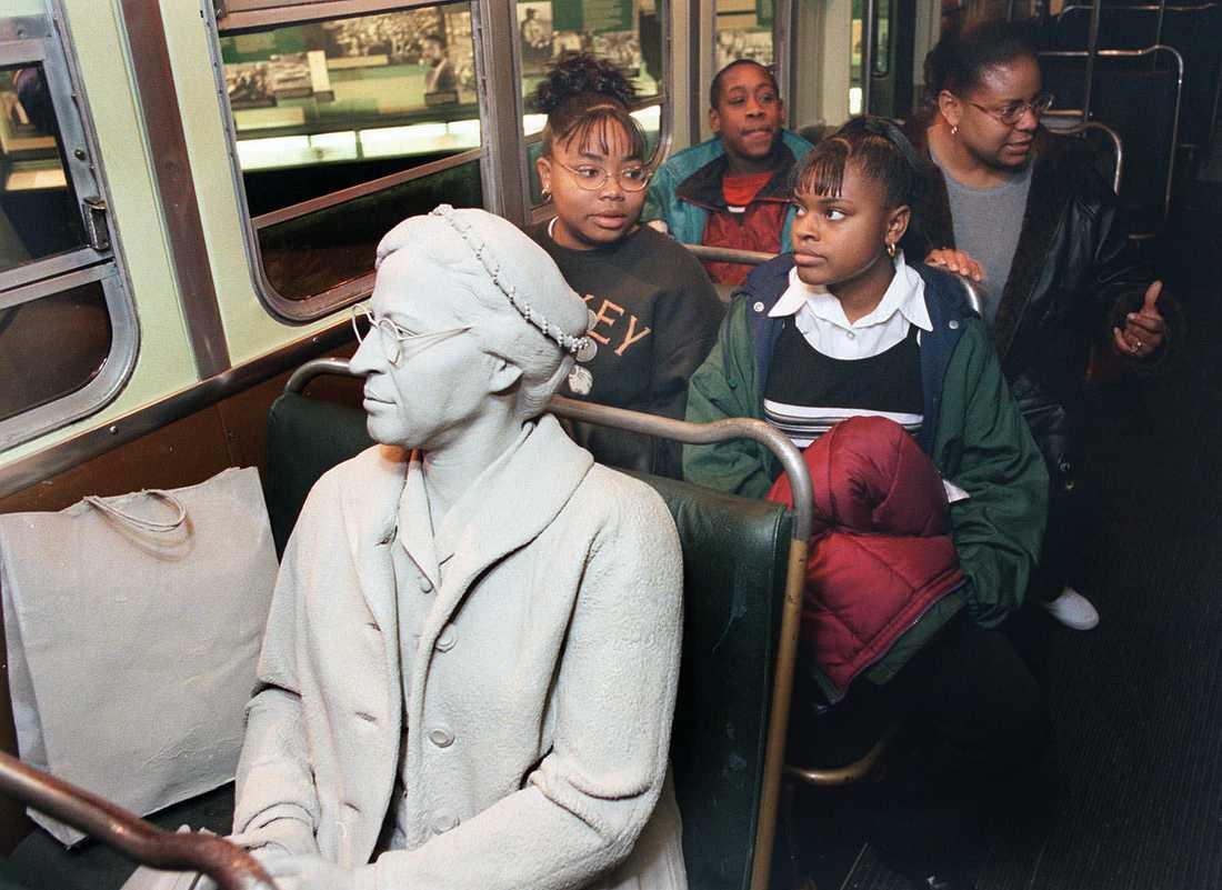 """""""Åtskilda men likvärdiga"""" På Civil rights museum i Memphis, Tennessee, står bussen där Rosa Parks satte sig på en plats reserverad för vita. Hon sitter staty på sin gamla plats."""