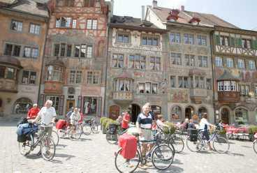 Torget och de vackra husfasaderna är en stor attraktion för alla turister i den schweiziska 1600-talsstaden Stein am Rhein.