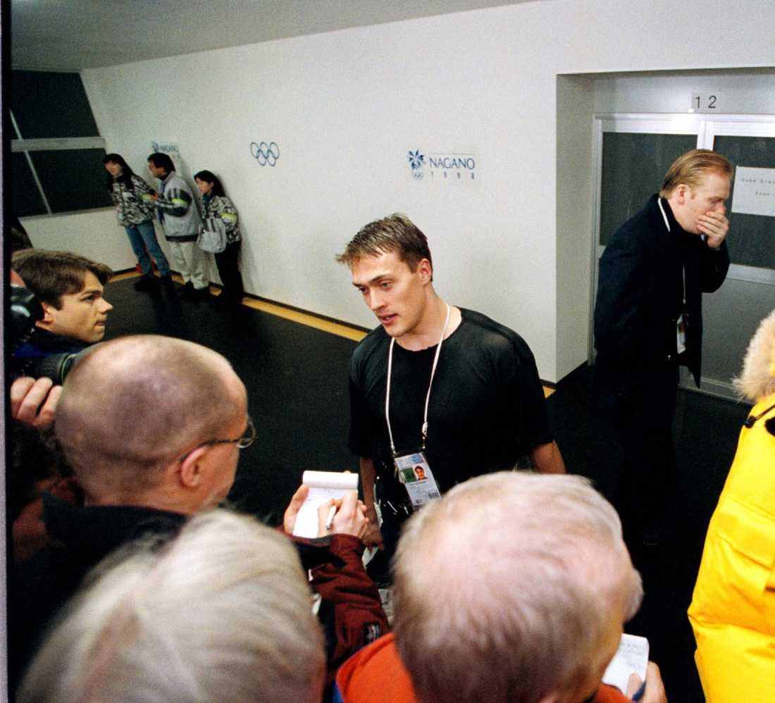 Intervjuas efter att Finland har slagit Sverige i OS i Nagano 1998. Bakom Selänne passerar en bedrövad Mats Sundin.