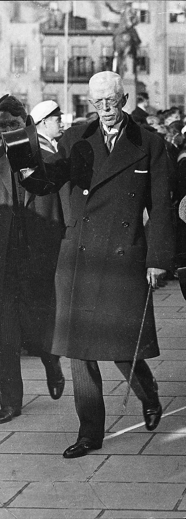 """... strax efter kriget kom generalen Mannerheim på officiellt besök till Stockholm, där han togs emot av kung Gustaf V. Då hade propagandan mot """"den  vita terrorn"""" pågått så intensivt i svensk media att talmannen i andra kammaren, förre LO-ordföranden Herman Lindqvist och den socialdemokratiske  finansministern Thorsson sjukanmälde sig för att slippa skaka hand med """"den vita slaktaren"""" som han kallades i den svenska vänsterpressen."""
