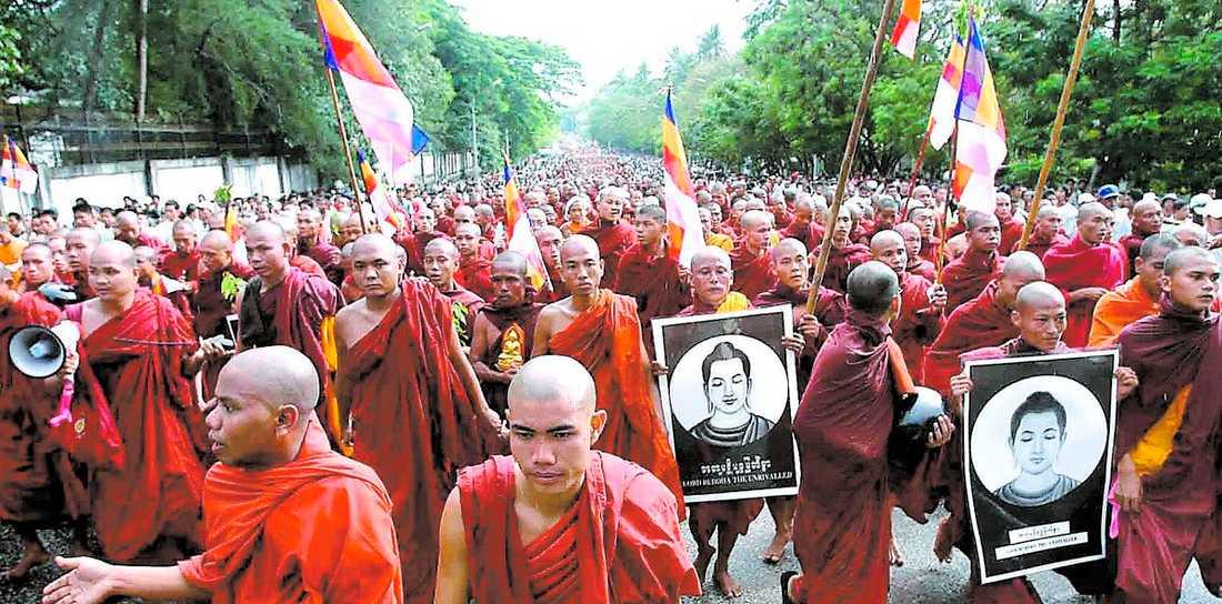 PACIFISTER Mer än 100000 buddhistiska munkar vandrade genom Rangoons gator i protest mot militärregimen i Myanmar, det land som av oppositionen kallas för Burma.